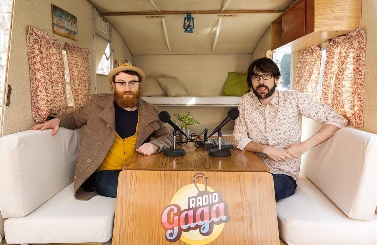 Manuel Burque y Quique Peinado, presentadores de 'Radio Gaga', programa del canal #0 de Movistar+, en su vieja caravana.