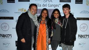 Asha Miró, junto a Eusebio Sacristán, el entrenador del Girona, en la fiesta.