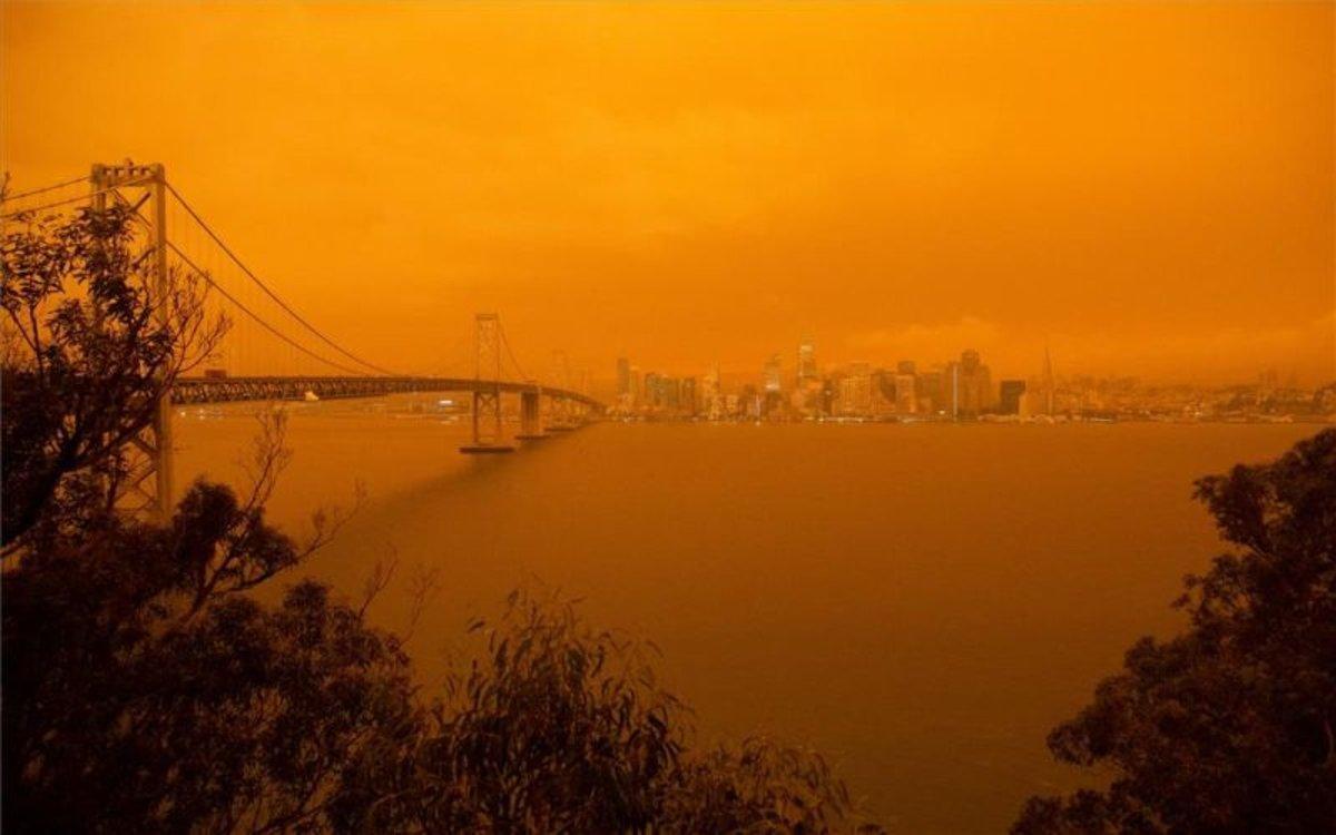 Vista de la bahía de San Francisco con cielo rojizo.