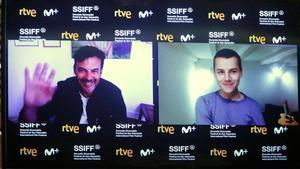 El director François Ozon (izquierda) y el actor Felix Lefebvre, este sábado, en conexión virtual con el festival de San Sebastián, presentando 'Verano del 85'.
