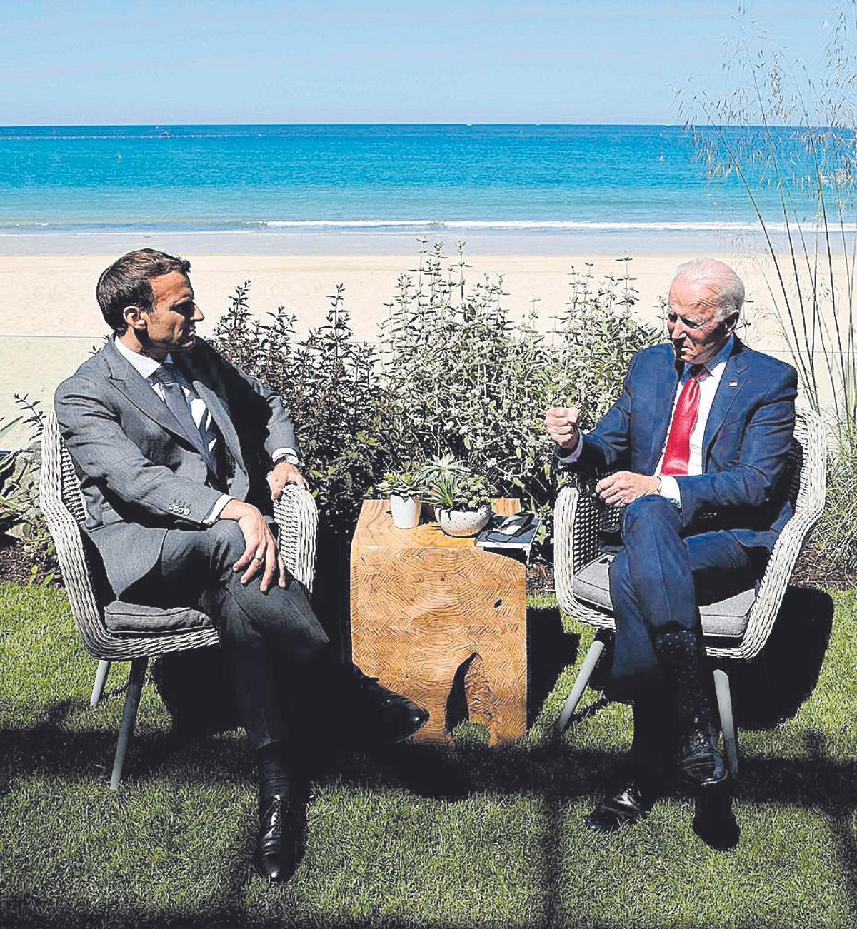 los presidentes de Francia, Emmanuel Macron, y el de Estados Unidos, Joe Biden, en la cumbre del G7 en Cornualles, el Reino Unido, el pasado mes de junio.