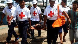 Un herido en el incendio en un campamento rohinyá es trasladado para atenderle.