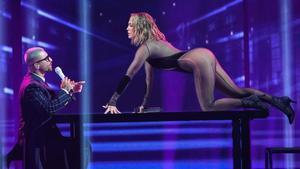 Un momento de la actuación de Maluma y Jennifer López en la gala de los American Music Awards, este domingo por la noche en Los Ángeles.