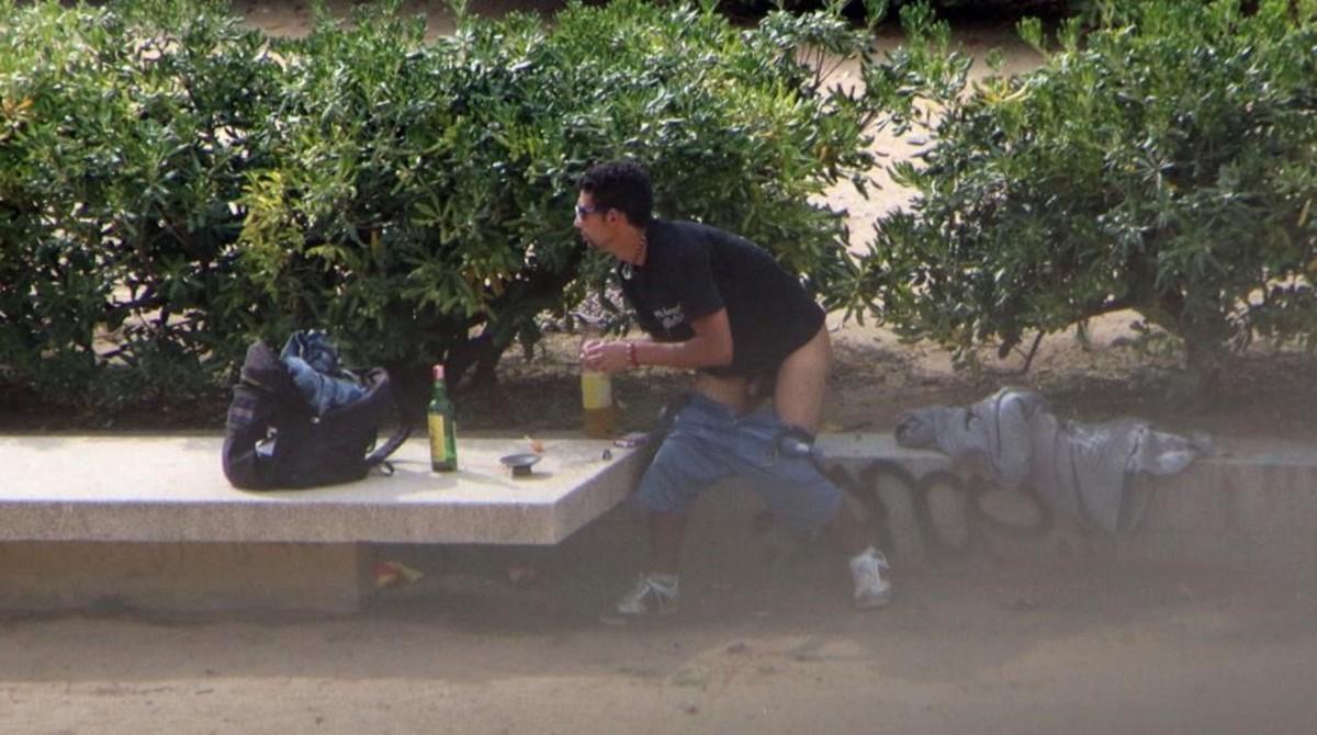 Un joven hace botellón con los pantalones bajados, en el parque de la calle de Moscou, en una fotografía hecha por vecinos.