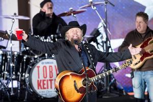 El cantante de country Toby Keith, durante su actuación en el concierto de celebración de la presidencia de Donald Trump.