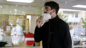 Un vecino de Girona se realiza un frotis nasal para una PCR.
