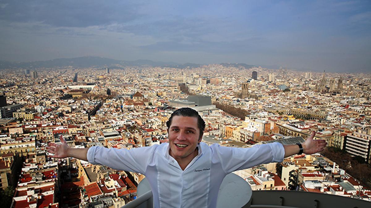 Enrique Valentí presenta, desde el último piso del Edificio Colón, los pescados a la brasa de Marea Alta.