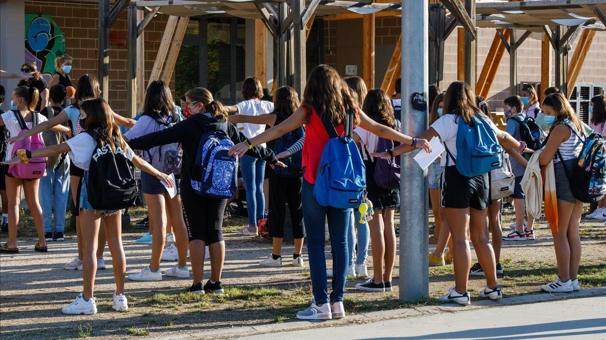 Alumnos de un centro escolar en el Vallès Oriental, guardando las distancias de seguridad por la normativa covid.