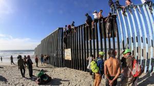 Decenas de inmigrantes llegan a Estados Unidos cruzando los muros que dividen dicho país con México.