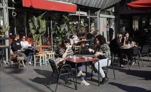 Una terraza con clientes en la Barceloneta.