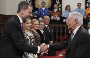 Eduardo Mendoza recibe de manos del rey Felipe VI el Premio Cervantes.