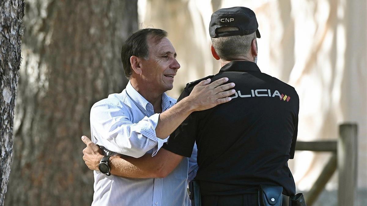 El cuñado de Blanca Fernández Ochoa, Adrián Federighi, saluda a un policía.