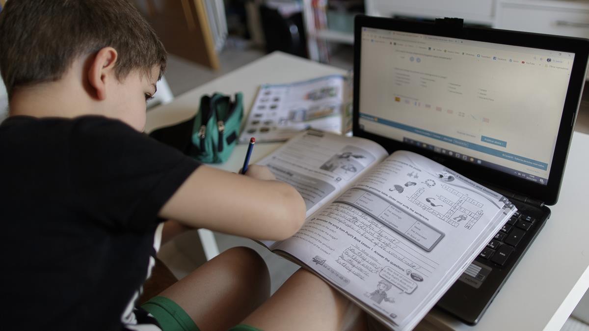 Libros, lápiz y ordenador, la realidad de la educación contemporánea