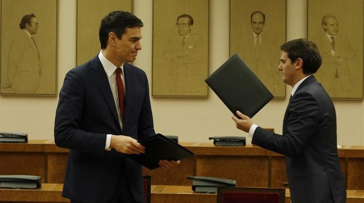 Los líderes del PSOE y Ciudadanos, Pedro Sánchez y Albert Rivera, este miércoles, en el Congreso, en la firma del pacto.