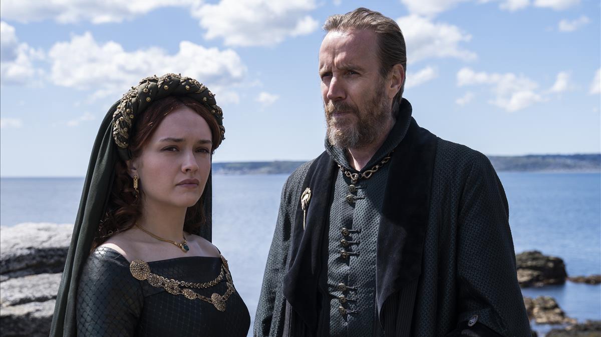 Rhys Ifans, como Mano del Rey Targaryen, y la actriz Olivia Cooke como su hija.
