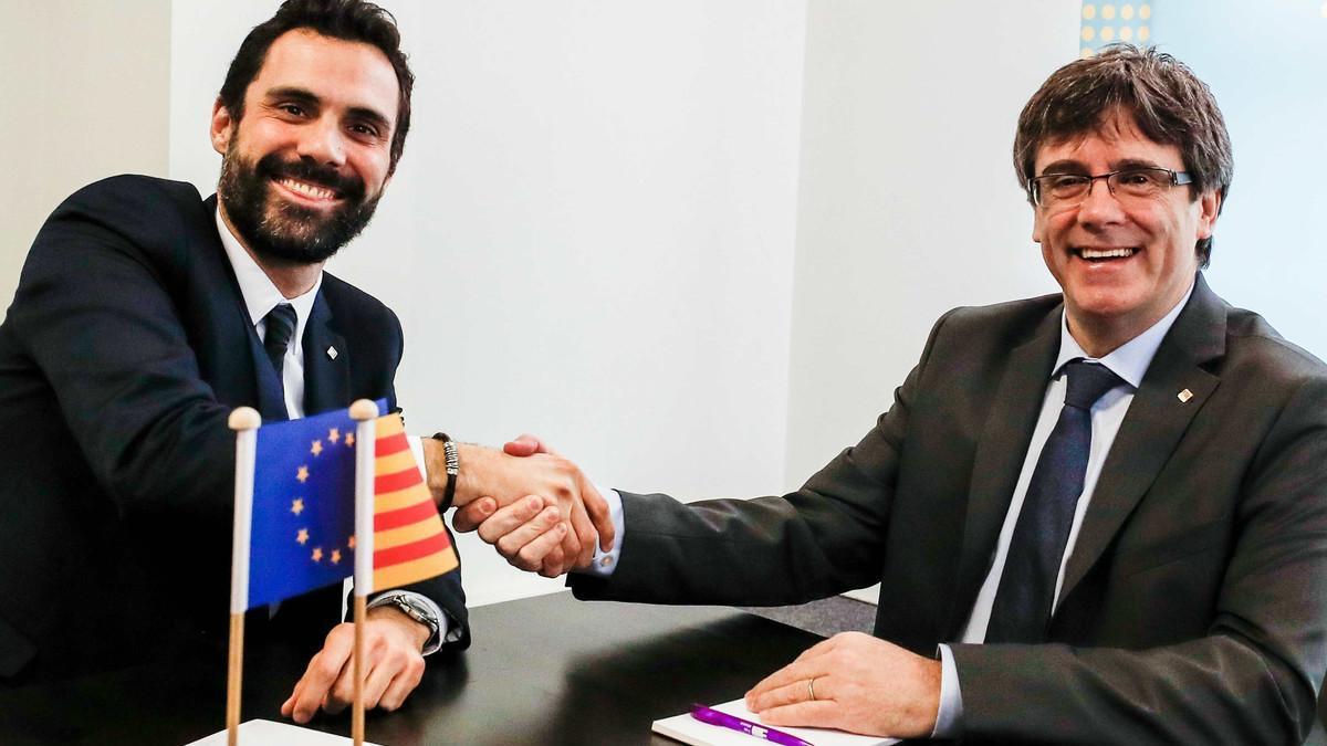 El 'president' del Parlament, Roger Torrent, y el candidato a se investido presidente de la Generalitat, Carles Puigdemont, en Bruselas