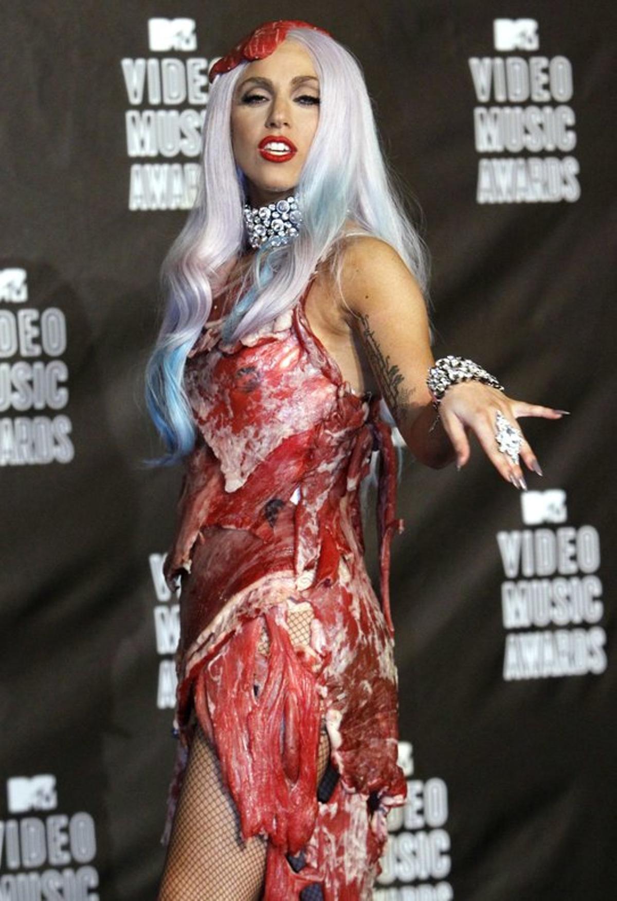 Lady Gaga, con el famoso vestido de carne (filetes de ternera) con el que acudió a los MTV Video Music Awards en el 2010. Fue un diseño de Franc Fernández y Nicola Formichetti.