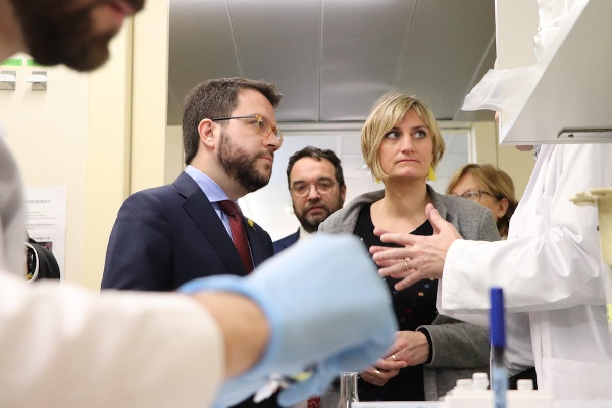 Pere Aragonès y Alba Vergés de visita a unas instalaciones sanitarias.