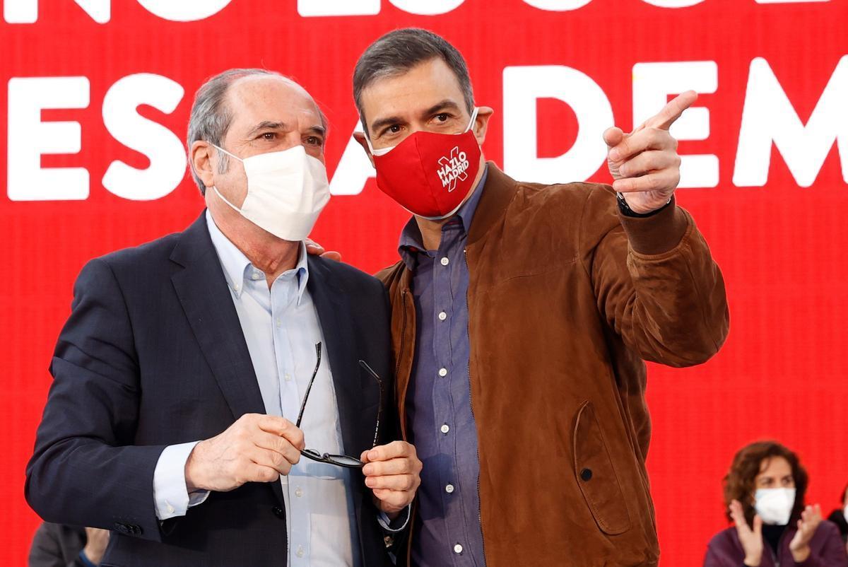 El presidente del Gobierno, Pedro Sánchez, con el candidato socialista el 4-M, Ángel Gabilondo, durante un acto de campaña en Getafe este 25 de abril.