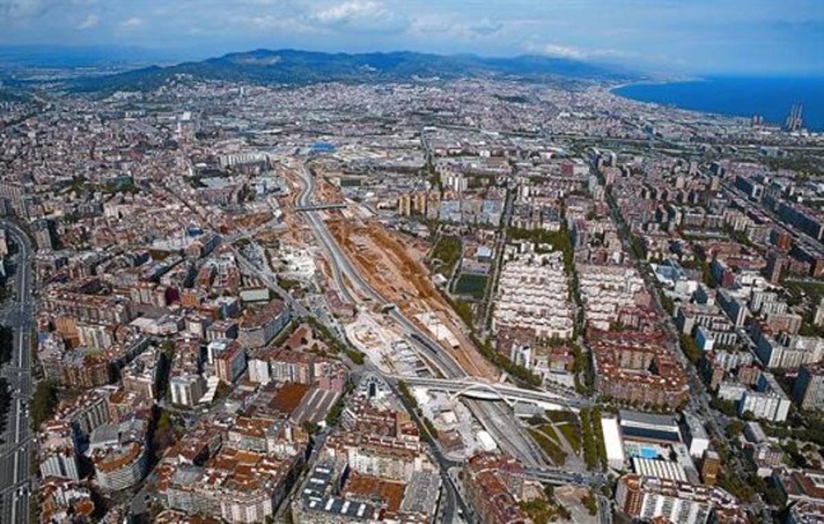 Estación del AVE en obras, en abril, en torno a la que se realizará el plan urbanístico, entre la calle de La Sagrera (diagonal de la izquierda) y las vías.