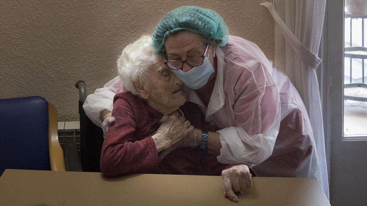 La directora de la residencia geriátrica La Pau, PilarLLarccuidando desu madre Pili, de 106 años, eldía14 de mayo de 2020