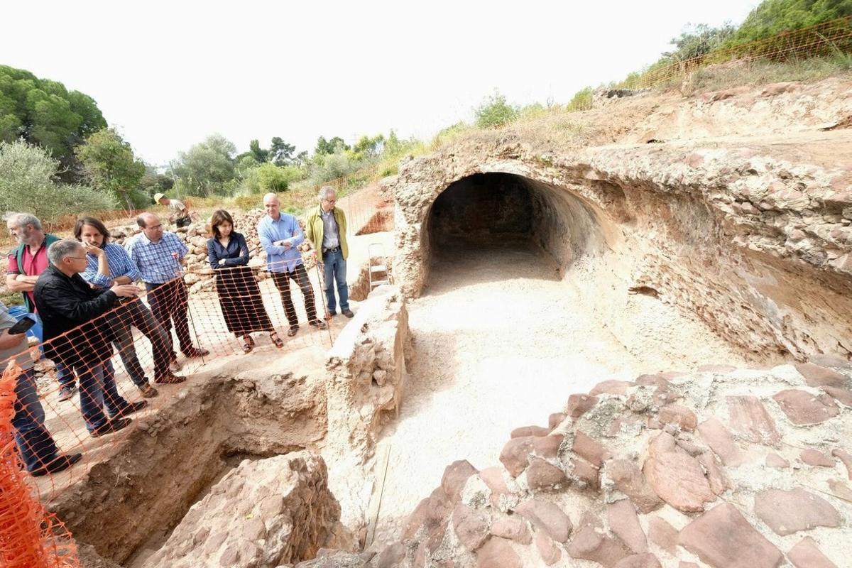 Miembros de la Diputació de Barcelona y la alcaldesa de Gavà visitan la cisterna romana de Can Valls del Racó