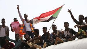 Un grupo de sudaneses celebran la rúbrica del acuerdo constitucional, este sábado.