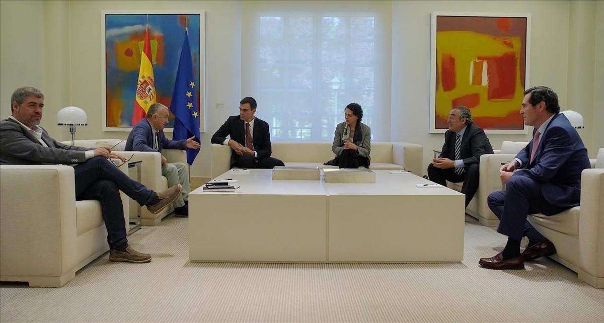 El presidente del Gobierno, Pedro Sánchez,y la ministra de Trabajo, Magdalena Valerio, con Unai Sordo (CCOO), Pepe Álvarez (UGT), Juan Rosell(CEOE) y Antonio Garamendi (Cepyme) en La Moncloa.