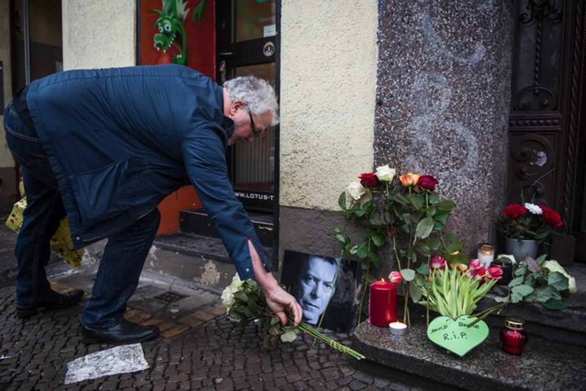 Flores y mensajes recordando a David Bowie en el portal de su antigua casa en Berlín.