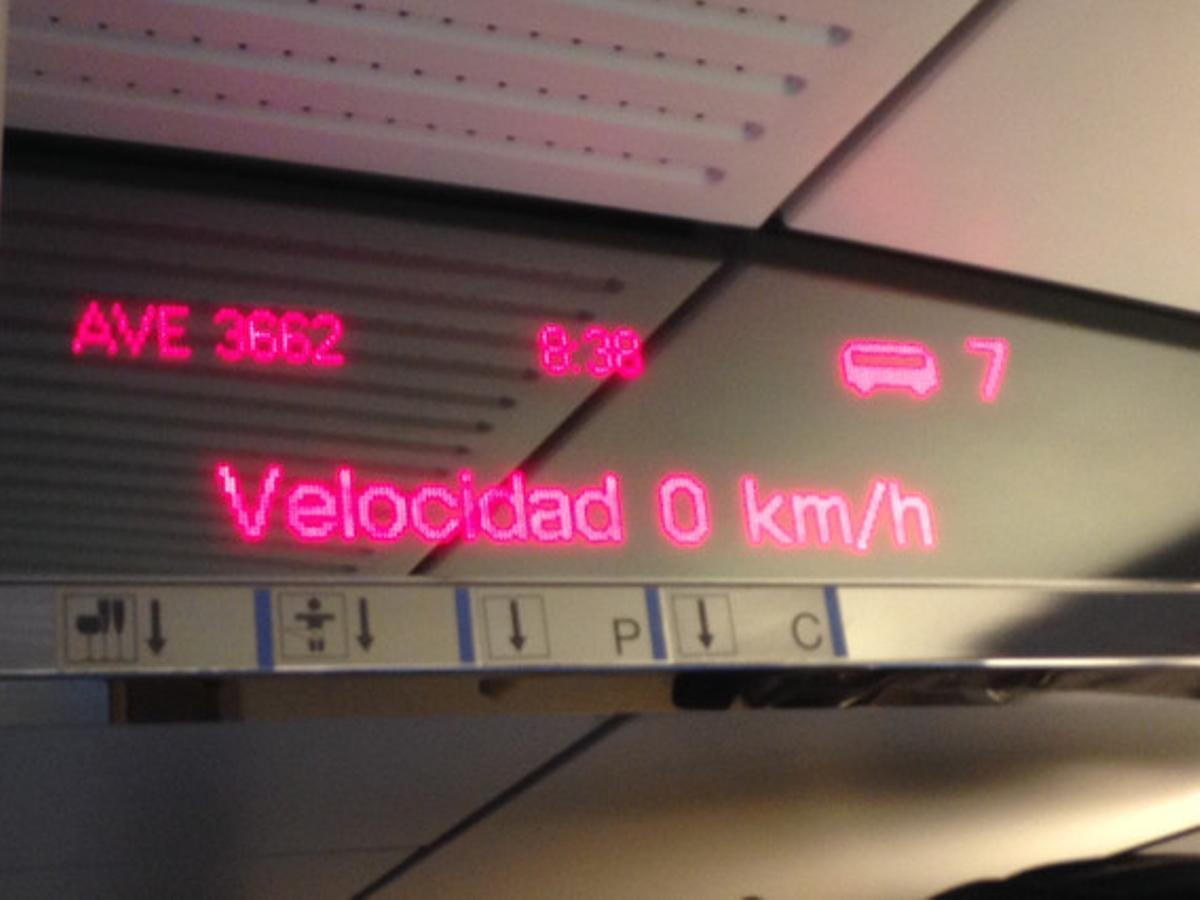 El contador de kilómetros del AVE que iba de Girona a Barcelona y que está parado a la altura de Sant Celoni, esta mañana.