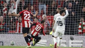 El atacante del Athletic Iker Muniain (c) empuja el balón para conseguir el 1-0 ante el Granada.