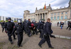 La policía detiene en Berlín a un manifestantes en una protesta el pasado mes de mayo contra las restricciones impuestas por el Gobierno Alemán para frenar la pandemia.
