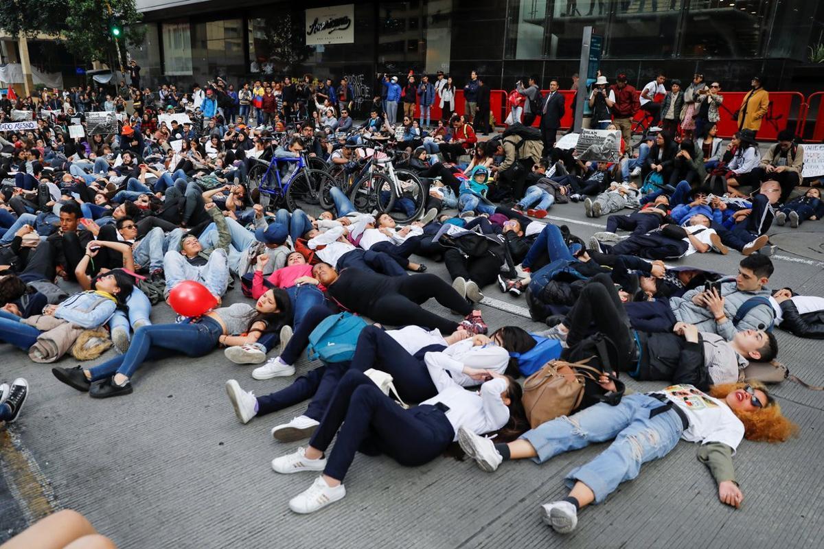 Grupos de jóvenes protestan por la muerte del estudiante Dilan Cruz, el martes en Bogotá.