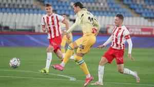 De Tomás remata en una acción del partido disputado en Almería.