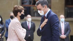 La presidenta de Navarra, María Chivite, recibe a Pedro Sánchez a su llegada a los jardines del palacio foral, sede del Gobierno autonómico, este 13 de noviembre.