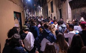 Una de las calles del barrio del Born, llena de gente.