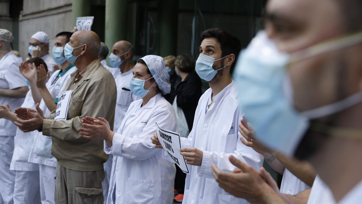 Sanitarios del Clínic de Barcelona homenajean a los muertos por coronavirus, en mayo.