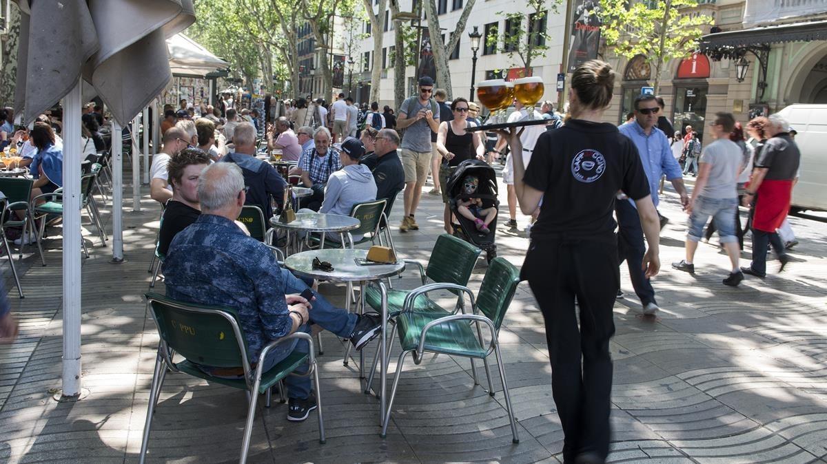 Terraza de un bar en el paseo central de las Ramblas de Barcelona.