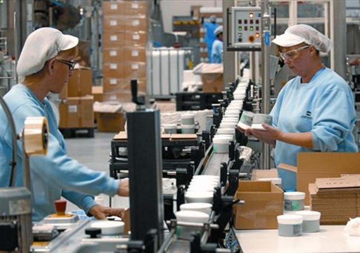 Trabajadoras de una planta de productos cosméticos.