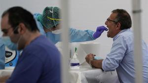 Realización de un test PCR a un ciudadano en Ordizia.