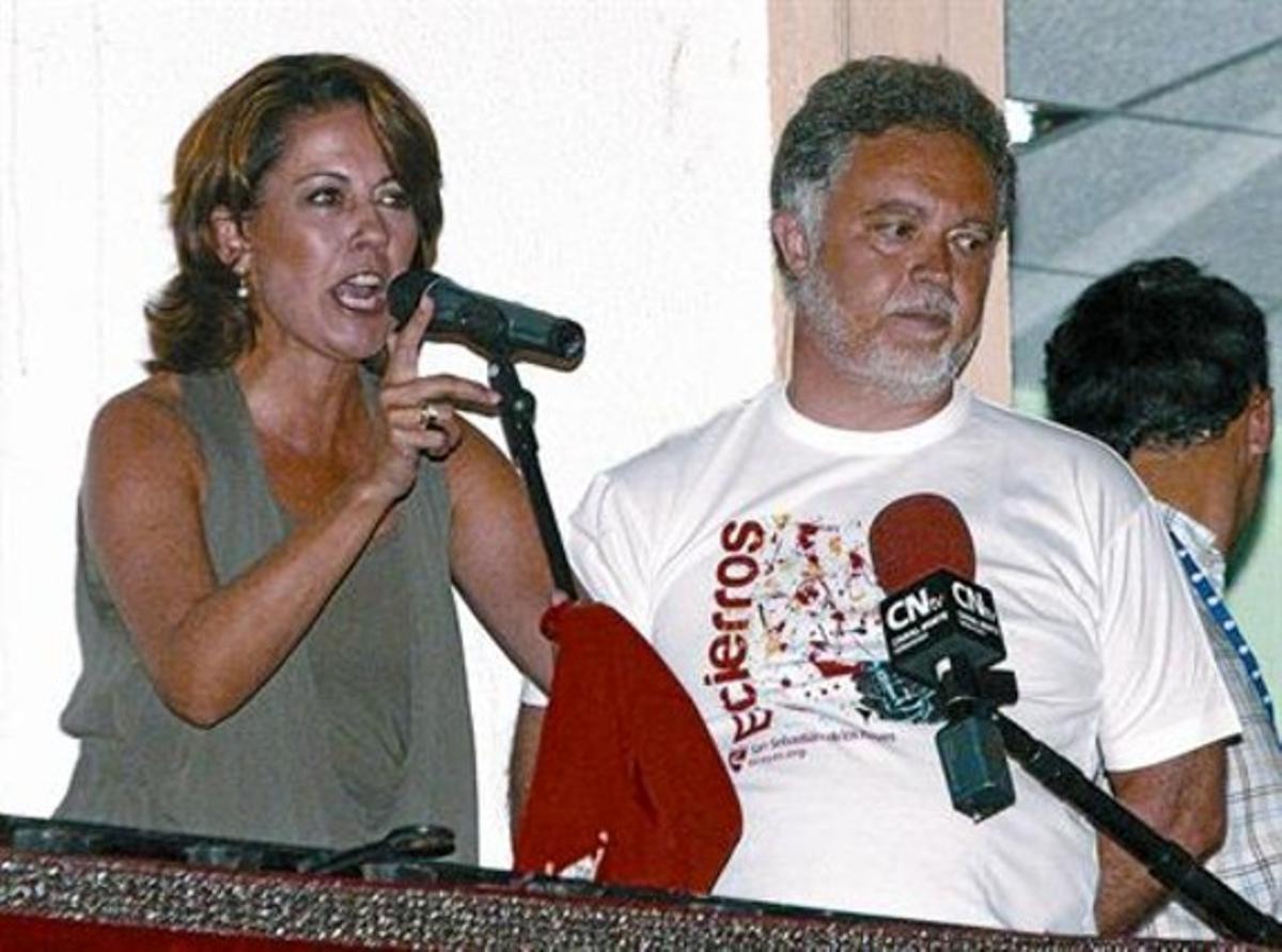Barcina y Manuel Ángel Fernández, alcalde de San Sebastián de los Reyes, durante el pregón en esta localidad.