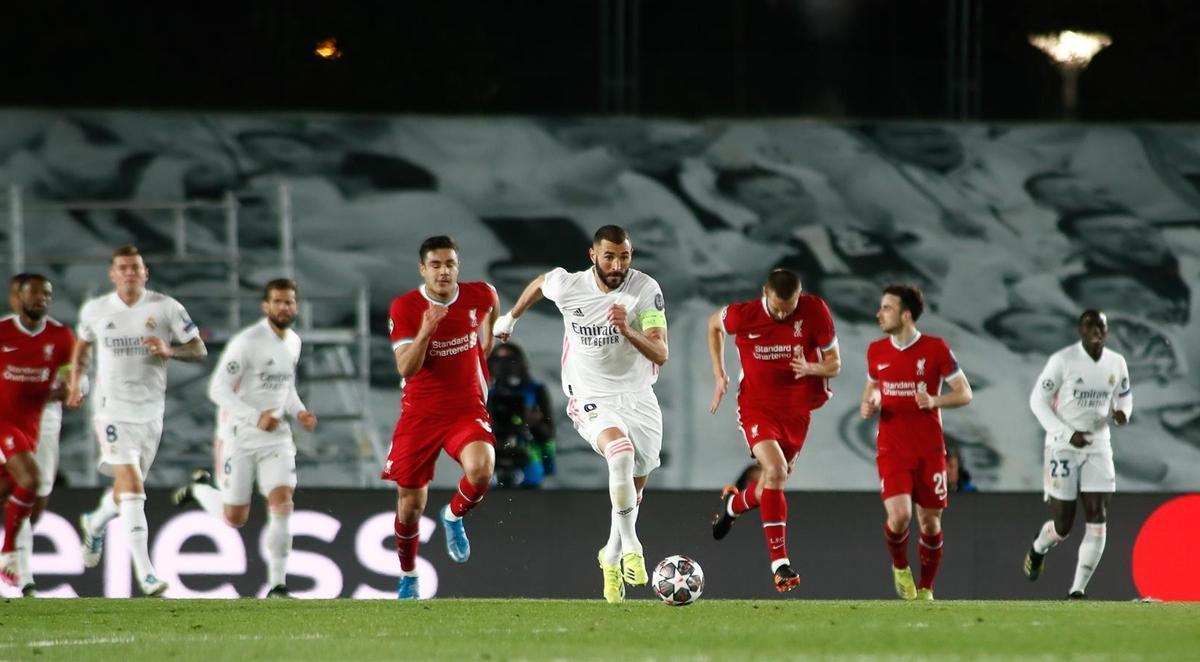 Benzema lanza un contragolpe contra el Liverpool.