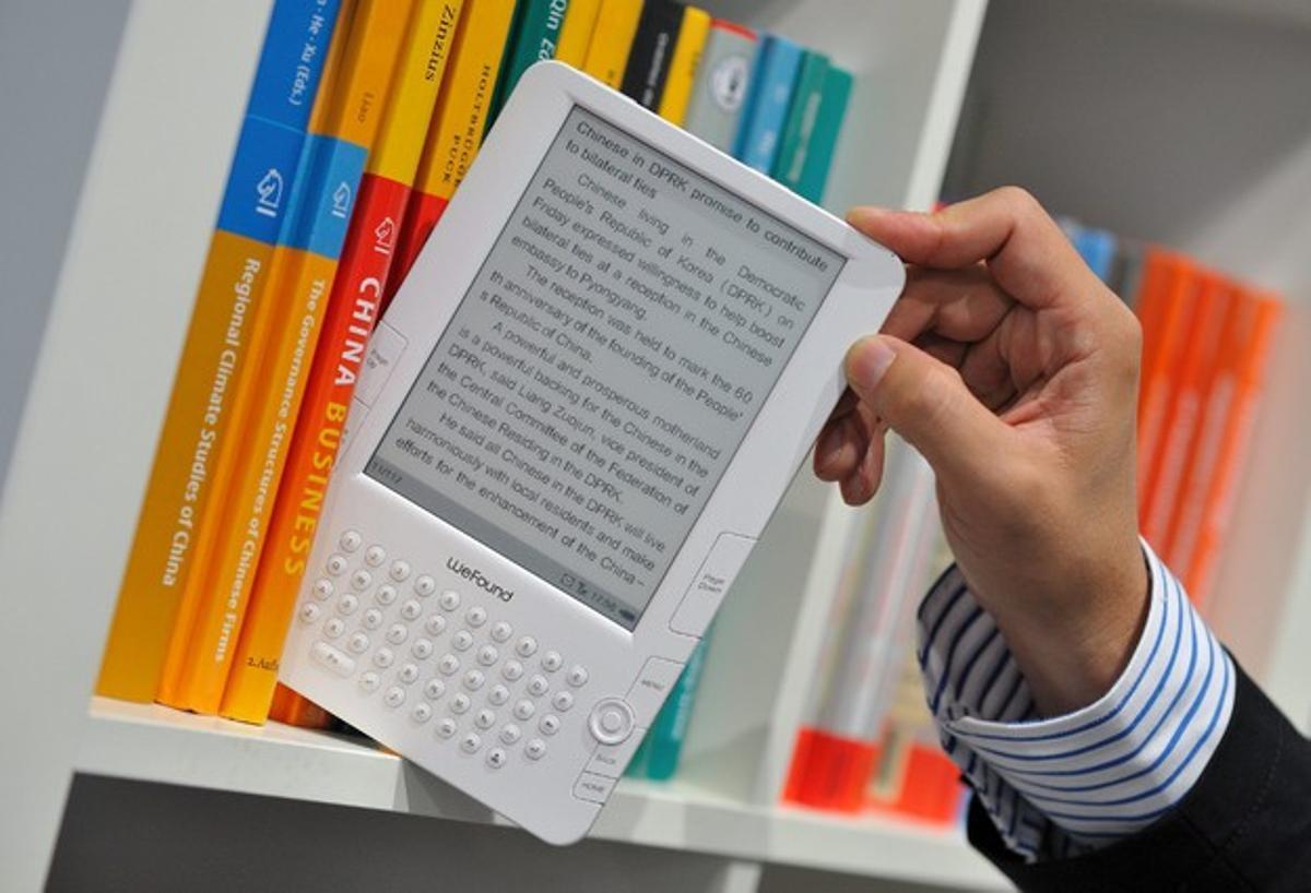 Un libro electrónico o 'ebook' en una estantería