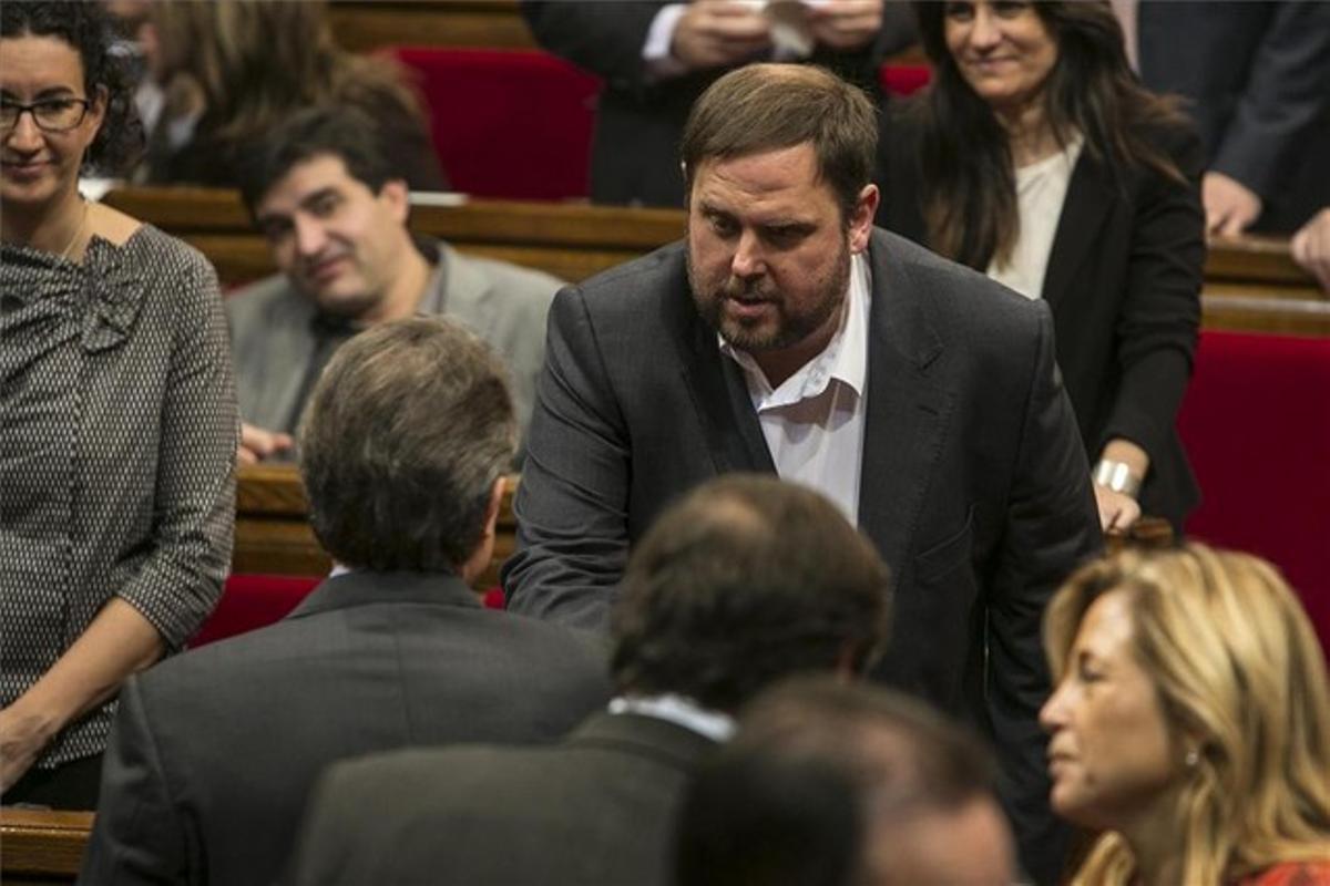 Artur Mas y Oriol Junqueras se saludan durante el pleno de constitución del Parlament.