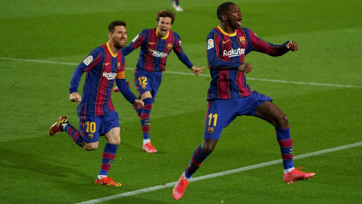 Messi y Riqui Puig persiguen a Dembélé para celebrar el gol al Valladolid.