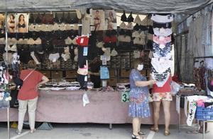 Una parada del Mercado Semanal de Viladecans.