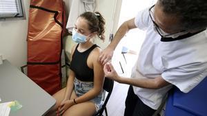 Una joven se vacuna contra el covid en Aregno, en Córcega.
