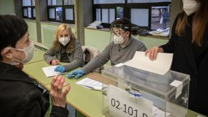 Una mujer realiza su voto en las mesas electorales de la Escola industrial.