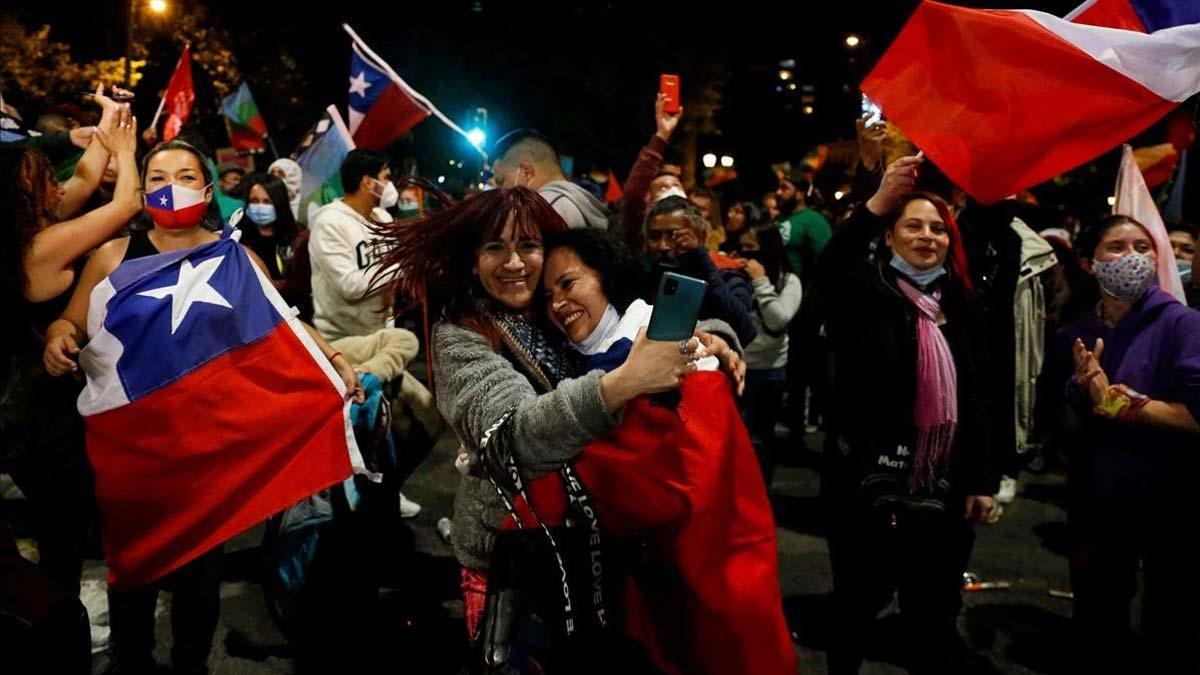 Chile aprueba con una aplastante mayoría redactar una nueva Constitución. En la foto, fiesta en las calles de Valparaíso tras conocerse los resultados del plebiscito en Chile.