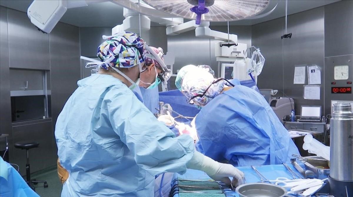 Médicos y enfermeras intentan salvar a un accidentado, en el primer episodio de 'Emergències'.